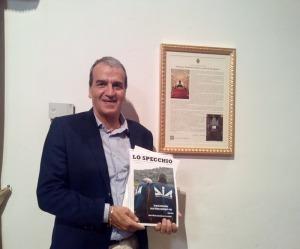 Il sen. Mario Morgoni di Potenza Picena mostra la copia della rivista acquistata sabato 6 giugno 2015 all'interno dall'auditorium Ferdinando Scarfiotti.