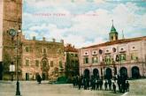 Piazza Principe di Napoli (attuale piazza Matteotti) agli inizi del 900 in una foto di Secondo Torregiani. Alla base della torre civica è posta la lapide che ricorda tre personaggi illustri di Monte Santo.
