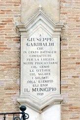 Palazzo Comunale. Particolare della lapide dedicata a Giuseppe Garibaldi. Foto di Sergio Ceccotti.