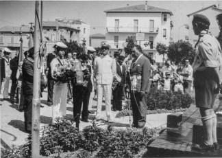 Nella sua veste istituzionale di Vicesindaco partecipa ad una commemorazione in Piazza Marotta. Foto Igino Ceccotti. Prop. Eugenio Borroni.
