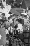 Marcello Bompadre sopra un carro allegorico della Festa del Grappolo d'Oro del 1958. Foto Bruno Grandinetti. Prop. Eugenio Borroni.
