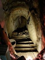 """Scala di accesso alla """"Grotta Rifugio""""."""
